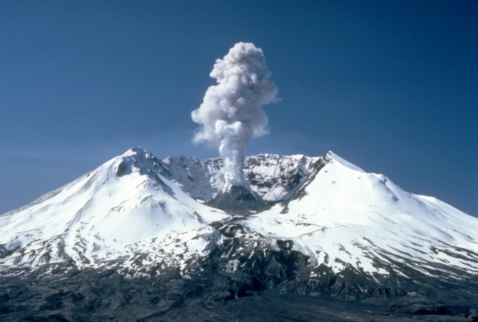 1_geohazards_MSH82_st_helens_plume_from_harrys_ridge_05-19-82